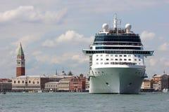 Navio de cruzeiros em Veneza Fotografia de Stock Royalty Free