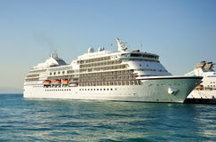 Navio de cruzeiros entrado na porta Foto de Stock Royalty Free