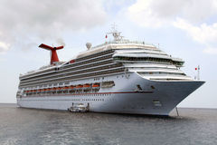 Navio de cruzeiros fora de Cayman Islands Foto de Stock
