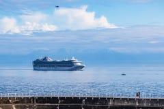 Navio de cruzeiros fora de Ogden Point Breakwater Foto de Stock