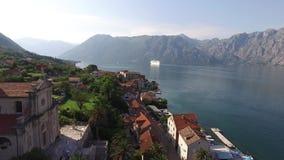 Navio de cruzeiros grande na baía de Kotor em Montenegro Veja-o de vídeos de arquivo