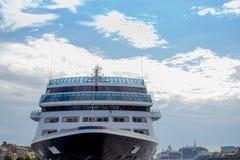 Navio de cruzeiros grande no porto forro do cruzeiro, navio de cruzeiros no fundo do céu azul curso de mar, conceito da viagem do foto de stock