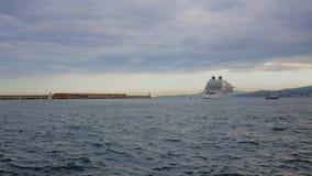 Navio de cruzeiros grande no porto Palamos na Espanha, encore do Bahamas, comprimento 210m de Seabourn, o 4 de maio de 2019 Espan filme