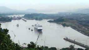 Navio de cruzeiros (linha de cruzeiros de Hollandamerica) no canal do Panamá video estoque