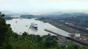 Navio de cruzeiros (linha de cruzeiros de Hollandamerica) no canal do Panamá filme