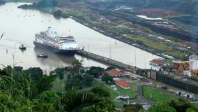Navio de cruzeiros (linha de cruzeiros de Hollandamerica) no canal do Panamá vídeos de arquivo