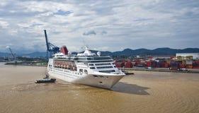 Navio de cruzeiros luxuoso ajudado por um rebocador Foto de Stock Royalty Free