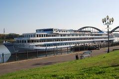 Navio de cruzeiros Mikhail Bulgakov na cidade de Rybinsk, Rússia Foto de Stock