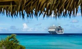 Navio de cruzeiros na água azul de cristal Fotografia de Stock Royalty Free