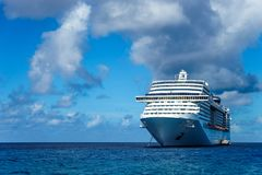 Navio de cruzeiros na água azul de cristal Foto de Stock