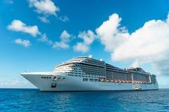 Navio de cruzeiros na água azul de cristal Fotos de Stock Royalty Free
