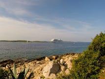 Navio de cruzeiros na baía Fotografia de Stock