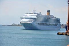 Navio de cruzeiros na costa de Baía Imagens de Stock Royalty Free