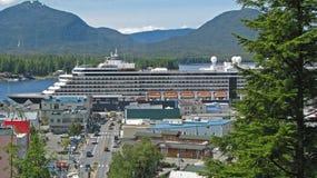 Navio de cruzeiros na doca em Ketchikan Alaska fotografia de stock royalty free