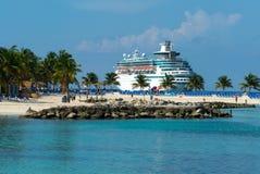 Navio de cruzeiros na ilha fotografia de stock royalty free