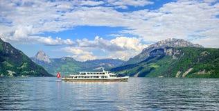 Navio de cruzeiros na lucerna do lago, montanhas dos cumes, Suíça Imagens de Stock Royalty Free