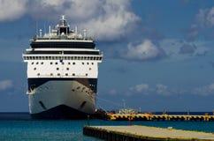 Navio de cruzeiros na porta Foto de Stock Royalty Free