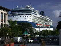 Navio de cruzeiros na porta Fotografia de Stock Royalty Free