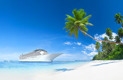 Navio de cruzeiros nas horas de verão Fotos de Stock Royalty Free