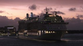 Navio de cruzeiros no amanhecer video estoque