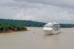 Navio de cruzeiros no canal de Panamá imagem de stock royalty free
