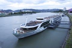 Navio de cruzeiros no Danúbio, Linz, Áustria fotos de stock