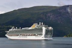 Navio de cruzeiros no fiorde Imagens de Stock Royalty Free