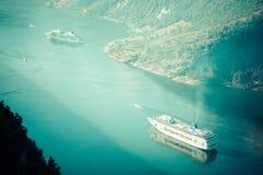 Navio de cruzeiros no fiorde de Geiranger, Noruega 5 de agosto de 2012 Fotografia de Stock