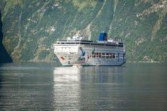 Navio de cruzeiros no fiorde de Geiranger, Noruega 5 de agosto de 2012 Fotos de Stock