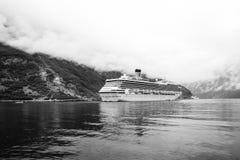 Navio de cruzeiros no fiorde norueguês Forro de passageiro entrado no porto Destino do curso, turismo Aventura, descoberta fotografia de stock royalty free