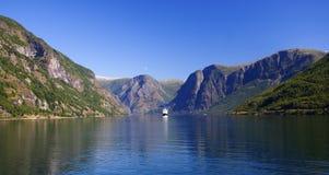 Navio de cruzeiros no fjord Foto de Stock