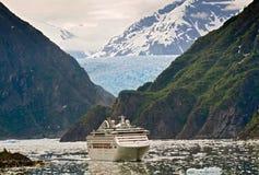 Navio de cruzeiros no Fjord do braço de Tracy, Alaska fotografia de stock