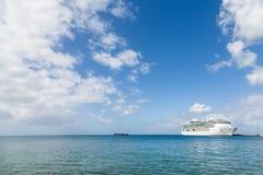 Navio de cruzeiros no horizonte sob céus agradáveis Fotos de Stock