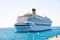 Navio de cruzeiros no philipsburg, forro de oceano da costa de Maarten do sint no mar azul no céu ensolarado Transporte e embarca Imagem de Stock Royalty Free