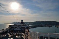 Navio de cruzeiros no porto de Dôvar imagens de stock royalty free