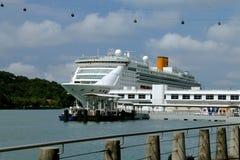Navio de cruzeiros no porto de Singapura Fotografia de Stock Royalty Free