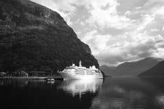 Navio de cruzeiros no porto marítimo na paisagem da montanha em Flam, Noruega Forro de oceano no porto do mar com montanhas verde fotografia de stock royalty free