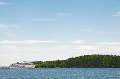Navio de cruzeiros no rio Foto de Stock Royalty Free