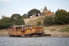 Navio de cruzeiros no rio de Irrawaddy em Bagan, Myanmar Imagem de Stock Royalty Free