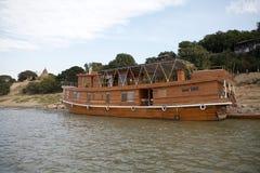 Navio de cruzeiros no rio de Irrawaddy em Bagan, Myanmar Foto de Stock Royalty Free