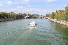 Navio de cruzeiros no Seine River em Paris Imagem de Stock