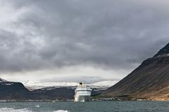 Navio de cruzeiros parado em Isafjordur, Islândia Imagens de Stock