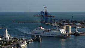 Navio de cruzeiros que entra ao porto de Malaga no por do sol vídeos de arquivo