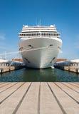 Navio de cruzeiros que está no ancoradouro Fotos de Stock Royalty Free