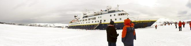 Navio de cruzeiros que força o gelo rápido, a Antártica Fotos de Stock Royalty Free