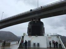 Navio de cruzeiros que passa sob uma ponte Fotografia de Stock