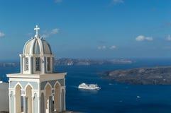 Navio de cruzeiros que sae de Santorini, Grécia Imagens de Stock