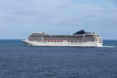 Navio de cruzeiros que sae do porto de Funchal na ilha de Madeira, Portugal Foto de Stock Royalty Free