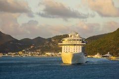 Navio de cruzeiros que sae do porto, grande baía, St Martin, das caraíbas Fotografia de Stock Royalty Free