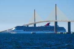 Navio de cruzeiros que vai sob a ponte de Skyway da luz do sol Foto de Stock Royalty Free